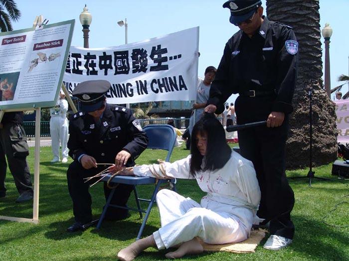 Canada: Anti-Torture Exhibition Moves Residents of Calgarys Chinatown (Photos)   Falun Dafa