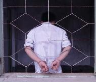 Penyiksaan yang dilakukan di Kamp Kerja Paksa Wangcun di Provinsi Shandong (Peragaan): praktisi Falun Gong ditempatkan di sel isolasi dengan tangan diborgol ke bingkai jendela selama lebih dari 80 hari