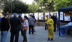 法轮功学员在卡迪夫市中心举行讲真相活动