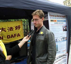 约翰接受记者采访时表示人们应该广传中共迫害法轮功信息