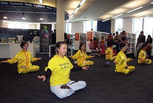 法轮功学员在卡迪夫市中心一图书馆表演法轮功五套功法