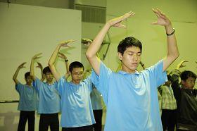 '图:前一是阿岐在台湾飞天艺术中学与同学一起炼功'