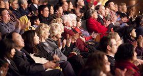 '二零一零年十月十七日,神韵纽约艺术团在美国德州达拉斯市最负盛名的剧院——AT&T表演艺术中心温斯皮尔歌剧院的首场演出,拉开神韵艺术团二零一一年全球巡回演出的序幕。'