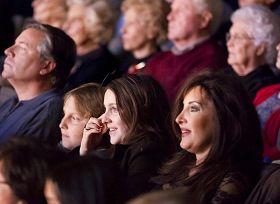 '二零一零年十月十七日,神韵纽约艺术团在美国德州达拉斯市最负盛名的剧院——AT&T表演艺术中心温斯皮尔歌剧院的首场演出,观众全身心沉浸于神韵无与伦比的艺术境界中。'