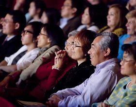 '二零一零年十二月二十一日晚,神韵纽约艺术团在美国德州休斯顿市著名的琼斯厅剧院的首场演出'