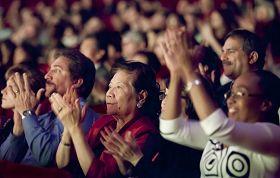 '二零一零年十二月二十三日晚,神韵纽约艺术团在美国德州休斯顿市著名的琼斯厅剧院的第三场演出'