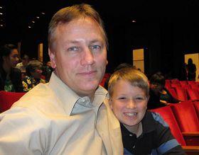 '大休斯顿地区BayouVista市市长BobbyRosenquist与儿子观看神韵演出'