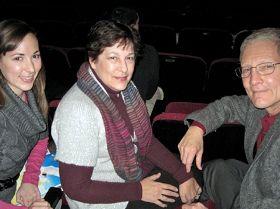 汤姆•欧瑞丹夫妇和学舞蹈的女儿(左)一同欣赏神韵演出