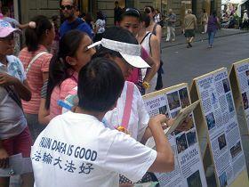 来自中国大陆的女学生们接受赠送的莲花,并了解真相。
