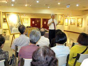 台大副校长陈泰然(站立者)认为画展具有重大意义
