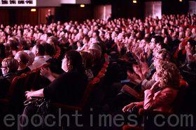 '陶醉的现场观众'