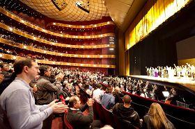 二零一一年元月十六日下午,神韵纽约艺术团在美国林肯中心大卫寇克剧院的第十场演出落幕