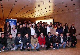 四十五名大陆华人一起在林肯中心集体观看神韵。
