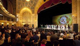 二零一一年一月二十三日神韵巡回艺术团在美国底特律歌剧院举行的第五场也是压轴场演出高朋满座。演出结束时全场起立鼓掌,与神韵演员挥手道别,祝愿明年再见。