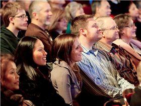 二零一一年一月二十一日神韵巡回艺术团在底特律的第二场演出,观众被逗趣的小和尚引来阵阵笑声。