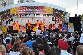 '昆士兰法轮功学员在布里斯本印度新年庆典活动上展示五套功法'