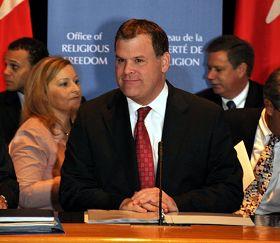 图说:二零一一年十月三日,加拿大外交部长约翰‧贝尔德就成立加拿大宗教自由办公室在渥太华外交部与近一百名来自加拿大的宗教界领袖、协会代表和专家进行了圆桌会议,征求意见。