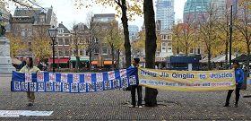 法轮功学员在贾庆林到访之际举行抗议活动