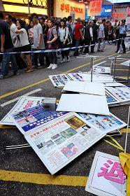 2011-11-15-minghui-hk-harrassment-01--ss.jpg
