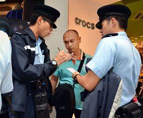 2011-11-15-minghui-hk-harrassment-03--ss.jpg