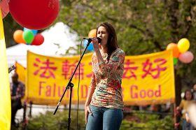 "Kate在纽约联合广场为""2011年世界法轮大法日""庆典演唱"