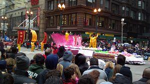 芝加哥法轮功学员参加二零一一年感恩节大游行