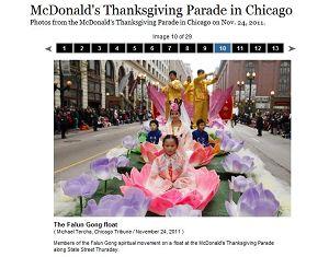 《芝加哥论坛报》在网络上刊登法轮功学员花车的图片