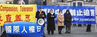 国际人权日到来之际,英国法轮功学员在伦敦举行新闻发布会,呼吁共同制止中共的人权迫害。