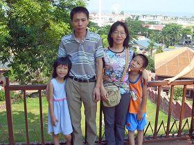 '邝森洽与被营救脱险的妻子张丽红及两名小儿女在马来西亚合摄'