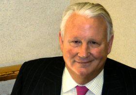 乔治•艾斯特斯是SPARTA保险公司的总裁和首席执行官