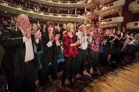 二月四日晚,佛州观众起立鼓掌向神韵艺术家们致谢。