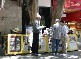 悉尼唐人街法轮功真相展位