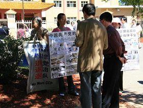 法轮功学员在中共驻澳洲中使馆前向大陆游客讲真相