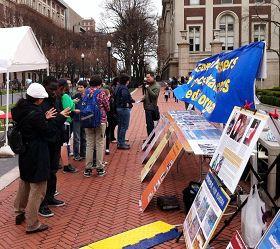 哥伦比亚大学校园里的法轮功真相展吸引了很多师生