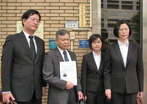 """二零一一年四月十八日,台湾法轮大法学会理事长张清溪(左二)与律师团,至台湾高等法院按铃控告王三运,指控其违反""""残害人群罪""""及""""民权公约""""规定。"""