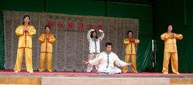 学员在水源樱花节的舞台上进行法轮功五套功法演示