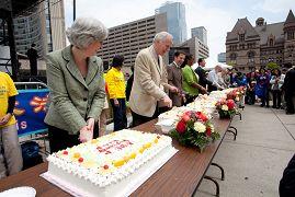 政要与民众一起切蛋糕庆贺