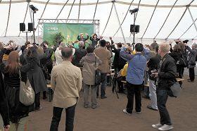 欧洲议会议员海蒂•浩塔拉女士和观众们一道跟随学员炼起了法轮功