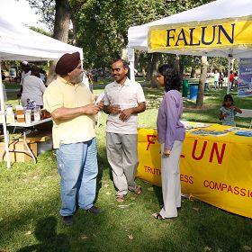 印度族裔学员向游客介绍法轮功