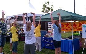 犹他州小城海瑞曼的民众在社区活动上学炼法轮功