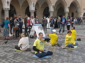 克拉科夫老城广场上,波兰民众在观看法轮功真相展板