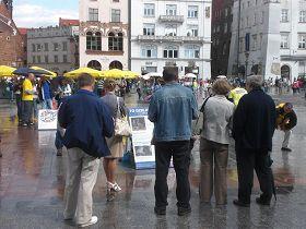 老城广场上,波兰民众观看法轮功真相展板