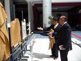 秘鲁理工大学校长恩里克•贝多亚先生(右)观赏画作