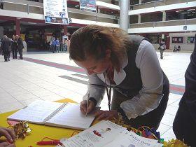 秘鲁理工大学师生签名声援法轮功学员反迫害