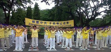 法轮功学员在曼谷是乐园演示功法