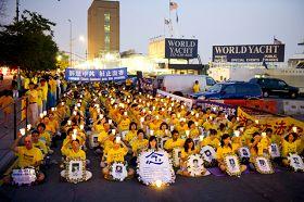 二零一一年七月二十日黄昏,法轮功学员在纽约中领馆前举行烛光夜悼