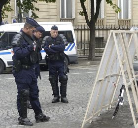 负责维护秩序的法国警察也在观看法轮功真相展板