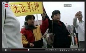 '法轮功学员到北京天安门广场上访(该新闻中的截图)'