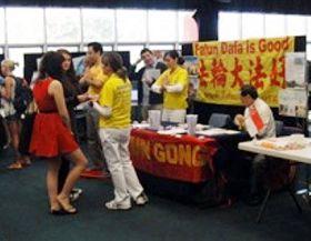 在澳洲格利菲斯大学俱乐部登记日上介绍法轮功