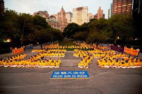 数百名来自台湾、欧洲和纽约当地的法轮功学员在曼哈顿炮台公园(Battery